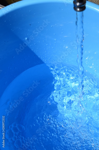 Fotografie, Obraz  蛇口からバケツへ給水中