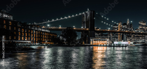 Montage in der Fensternische Brooklyn Bridge Brooklyn Bridge and warehouses long exposure