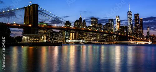 Obraz Brooklyn Bridge and Manhattan Skyline At Night, New York City - fototapety do salonu