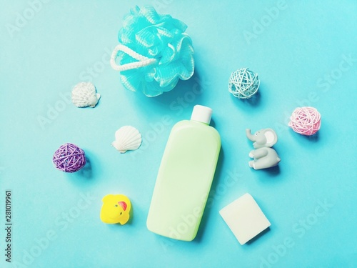 Fotografía  Flat lay shampoo for kids, baby soap, rubber toys and sponge on a blue background