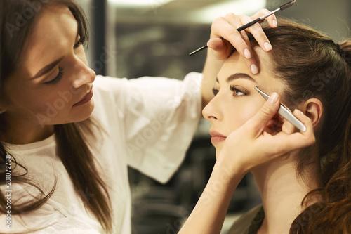 Brow Artist Plucking And Shaping Girl's Brows In Beauty Studio Billede på lærred