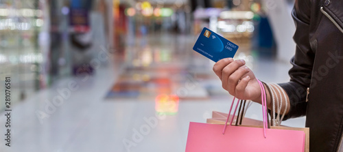 Obraz African woman with credit card doing shopping - fototapety do salonu