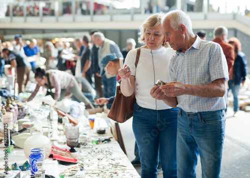 Cadres-photo bureau Pain Elderly man and woman consider things in flea market