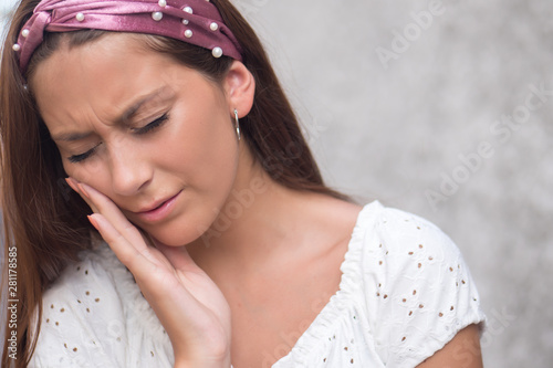 Fotografia  unhappy, sad woman having toothache, tooth decay, tooth sensivity
