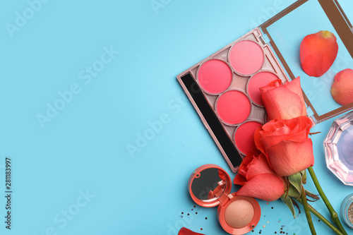 Fotografía  Flat lay composition with coral cosmetics and flowers on light blue background