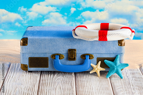 Photo sur Aluminium Pays d Europe Summer holiday bag on white wooden table and beach background
