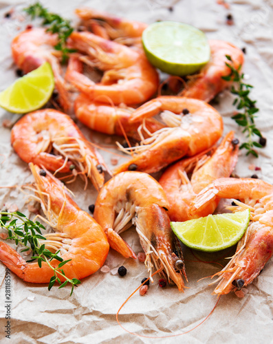 Fotomural  Shrimps served with lemon