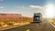 Truck auf Highway in USA im Gegenlicht