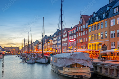 Photo  Nyhavn landmark buildings at night in Copenhagen city, Denmark