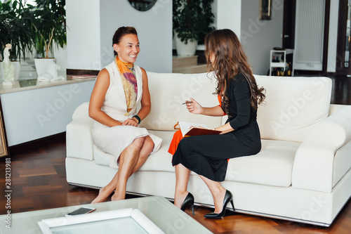 Foto Smiling woman talking with a coach to find the motivation to achieve the goals o