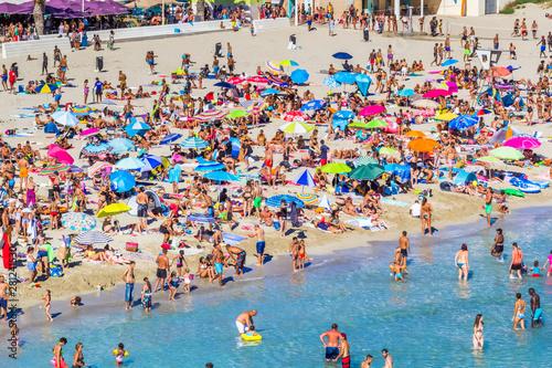Fototapeta foule de baigneurs sur plage du Verdon, la Couronne, France obraz
