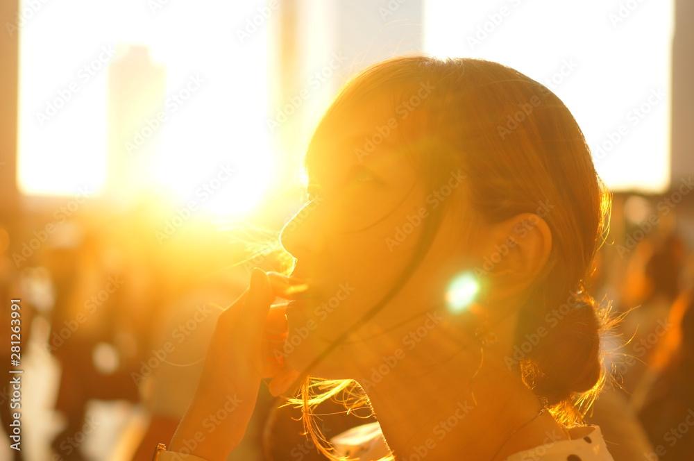 Fototapeta 夕焼けと女性のシルエット