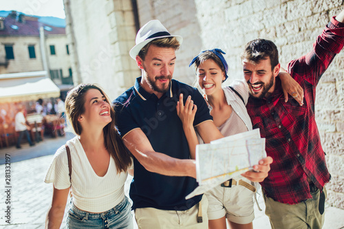 Foto  Happy group of tourists traveling and sightseeing together