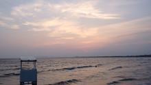 陽の落ちた夏のビーチ