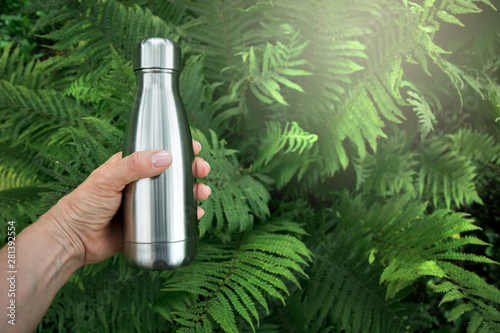 Carta da parati  Reusable stainless thermos bottle for water in female hand.