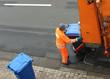 canvas print picture - Müll, Mann, Müllauto, Papiermüll wird abgefahren