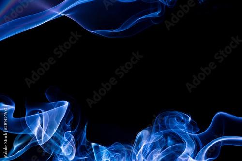 Obraz Czarne tło z niebieskimi smugami przy górnej i dolnej krawędzi. Wolna przestrzeń na środku.  Abstrakcyjne tło z kolorowym dymem. - fototapety do salonu