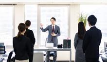 演説するビジネスマン