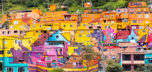 Photo South Bogota colorful houses in district called Los Puentes