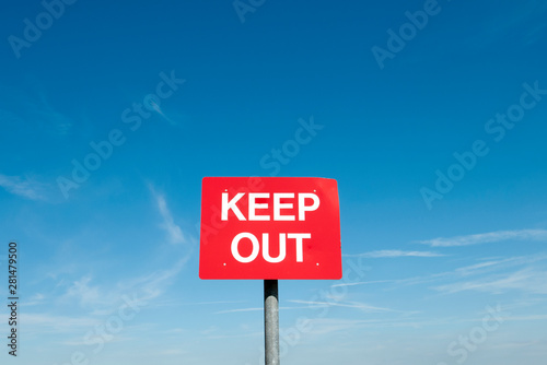 Photo  red keep out sign with blue sky