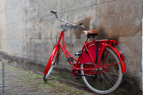 Türaufkleber Fahrrad Vintage red Dutch bike parked by old city wall