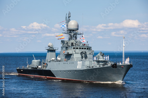 Photo A line ahead of modern russian military naval battleships warships in the row, n