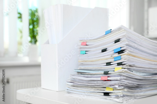 Foto auf AluDibond London Table with lots of documents in office