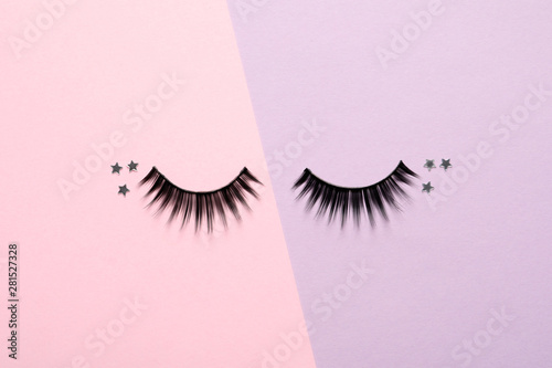 Fotomural  False eyelashes and sparkles on color background, flat lay