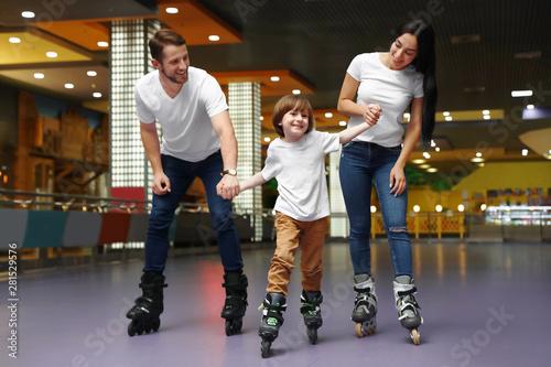 Pinturas sobre lienzo  Happy family spending time at roller skating rink