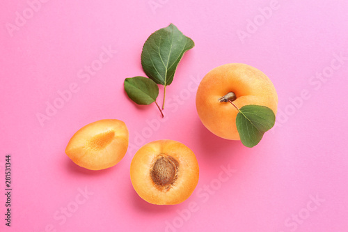 Photo Delicious ripe sweet apricots on pink background, flat lay