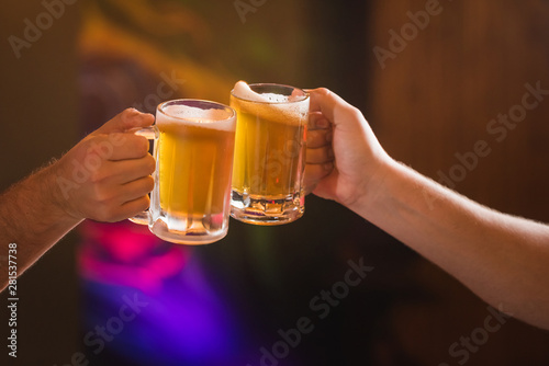 Fotografía  Two people toasting with mugs full of chopp