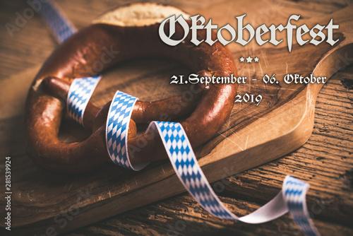Foto auf AluDibond London Oktoberfest 2019 Banner mit Brezel und bayrischem Tischtuch auf Holzuntergrund