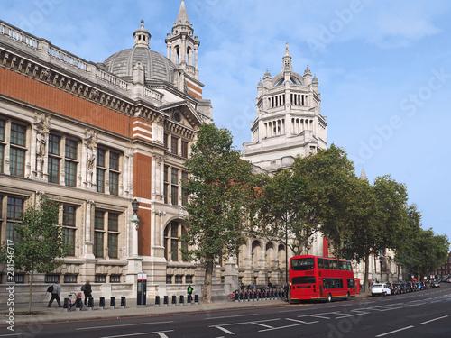 Türaufkleber London roten bus Victoria and Albert Museum, London, looking down Cromwell Road