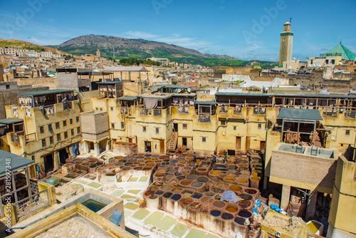 Fes, Maroko. Panorama starego miasta, garbarnie i zbiorniki z kolorową farbą do skóry. Maroko Afryka