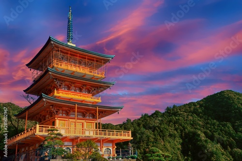 Fotografia  Sunset over Japanese pagoda