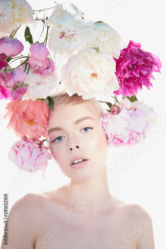 Poster de jardin womenART Young beautiful woman with bouquet of roses. Professional art makeup.