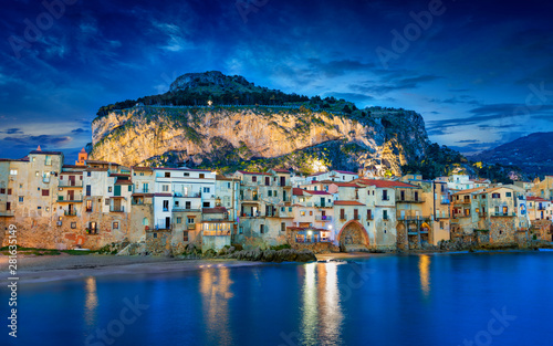 Poster de jardin Europe Méditérranéenne Sunset view of beautiful Cefalu, small resort town on Tyrrhenian coast of Sicily, Italy