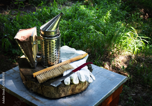 Photo beekeeping background smoker and gloves