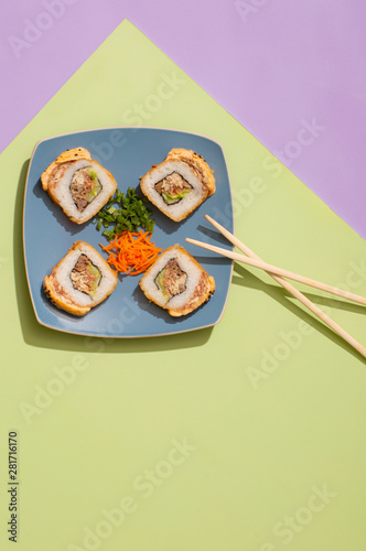 Photo Sushi horneado de carne de res y pollo con aderezo de chipotle