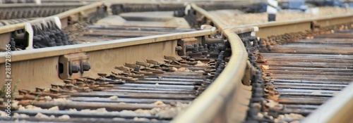 Papiers peints Voies ferrées Railroad rails at a small station, fork, arrows, mechanical elements, wide view.