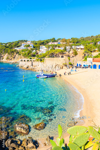 Fotomural CALELLA DE PALAFRUGELL, SPAIN - JUN 2, 2019: Divers walking to boat on picturesque beach in Calella de Palafrugell fishing village, Costa Brava, Catalonia, Spain