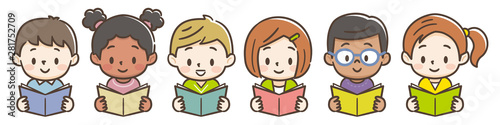 Photo 本を読む子供たち
