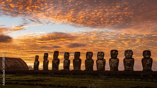 Photo Moai on Easter Island at Ahu Tongariki at Sunrise.
