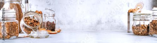 Fotografía  Jars with granola on the kitchen table