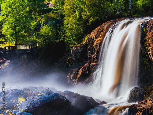 Duży wodospad Haugfossen na rzece Simoa, Amot, Norwegia
