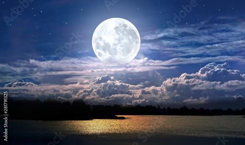 Foto auf Gartenposter Blaue Nacht full moon over the sea