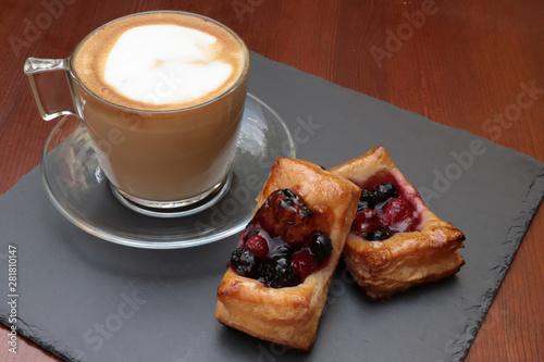 Fotografija cappuccino e sfoglie ai frutti di bosco, cappuccino and puff pastries with berri