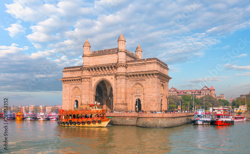 Photo The Gateway of India and boats as seen from the Harbour - Mumbai, India
