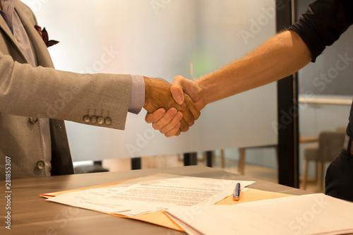 Fototapeta  Hombres de negocios dándose la mano cerrando el trato firma de contrato