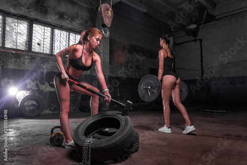 Autocollant pour porte Fitness Sport Fitness Woman Hitting Wheel Tire With Hammer Sledge crossfit training.